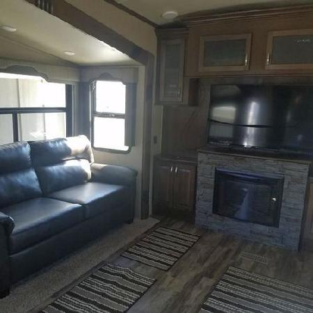 RV 5th Wheel Trailer